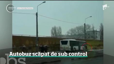Autobuz scăpat de sub control. Şoferul a coborât din autovehicul şi a lăsat motorul pornit!