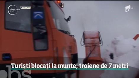 Sute de turiști blocați la munte, troiene de până la șapte metri!