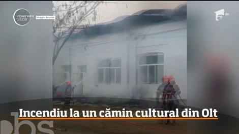 Un alt incendiu a izbucnit în judeţul Olt. Flăcările au cuprins acoperişul unui cămin cultural din comuna Ştefan cel Mare