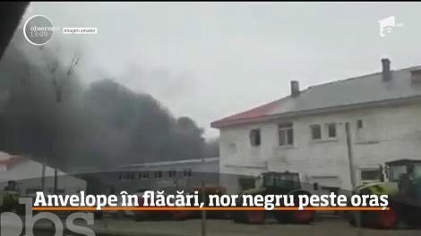 Un incendiu puternic izbucnit la un depozit plin cu anvelope şi vopsele a băgat spaima în locuitorii din Brăila!