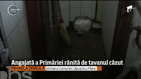 O angajată a primăriei din comuna Lăpuşnicu Mare a fost rănită grav după ce o bucată de tencuială s-a desprins din tavanul băii