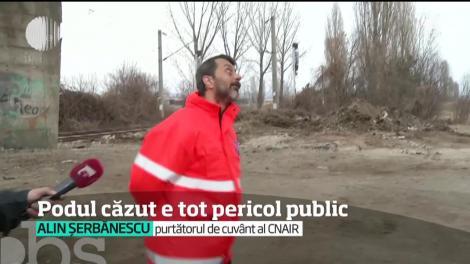 Podul din Ploieşti din care a căzut o bucată pe calea ferată este tot pericol public. Circulaţia nu a fost închisă, deşi din el se desprind în continuare bucăţi
