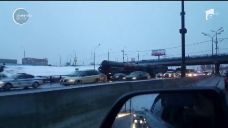 Imagini incredibile surprinse în apropierea Moscovei. Şoferii au devenit colegi de suferinţă în traficul infernal cu un convoi militar care transporta două rachete intercontinentale