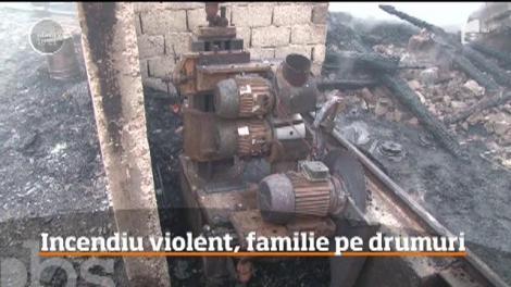 Incendiu violent la Slănic Moldova! O familie a rămas pe drumuri, focul le-a distrus casa