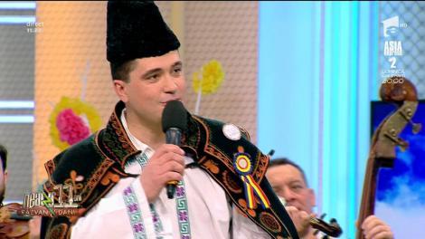"""Gelu Voicu şi Orchestra """"Flacăra Prahovei"""" a Filarmonicii """"Paul Constantinescu"""" cântă melodia - """"Haideţi măi, căluţii mei"""""""