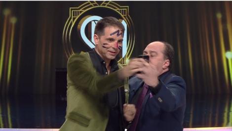 Dan Negru a fost păcălit Romică Țociu. Iată cum a fost pictat pe față prezentatorul emisiunii Scena Misterelor
