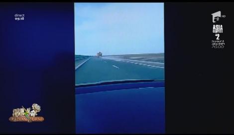 Smiley News. Utilaj de deszăpezire care împrăștia sare și nisip, filmat pe Autostrada Soarelui. Afară erau 21 de grade!
