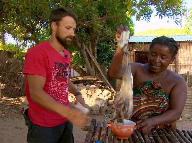 Concurenții primesc de la oamenii din sat o caracatiță. Mircea Zamfir: Cum gătim așa ceva?