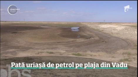 Nisipul fin din Vadu, îmbibat cu petrol pe hectare întregi! Localnicii se tem ca reziduurile să nu ajungă în fântâni