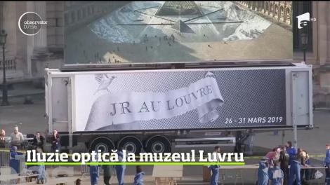 Iluzie optică în curtea muzeului Luvru. Clădire a părut că se ridică dintr-un abis