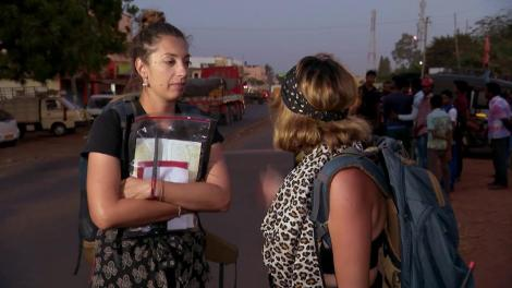 Concurenții de pe traseu sunt blocați pe șosele, iar noaptea e aproape. Ana Morodan și Cocuța, primele contre: Ea mă bagă la înaintare. Este escroacă sentimentală
