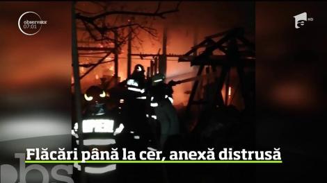 Un incendiu violent a izbucnit la o anexă dintr-o gospodărie aflată în oraşul Câmpeni, iar salvatorii s-au mobilizat cu trei autospeciale