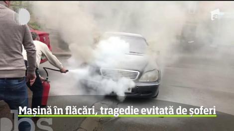 Misiune de salvare pentru mai mulţi şoferi din Suceava după ce o maşină a luat foc în mers