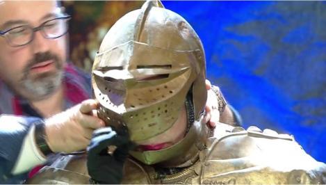 Scena Misterelor. Demascarea Cavalerului în armură. Vedeta din spatele măștii este o cunoscută interpretă de muzică populară