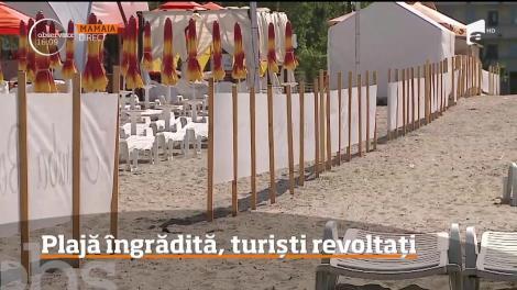 Din dorinţa de a face bani cu orice preţ, administratorul unei plaje din Mamaia a restricţionat accesul turiştilor cu un gard care ajunge până la mal!