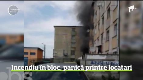 Incendiu violent într-un bloc din Hunedoara. Speriaţi de fumul gros, mulţi locatari au sărit de la geamuri