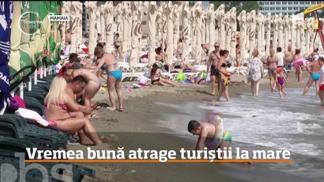 Vremea bună atrage turiștii la mare