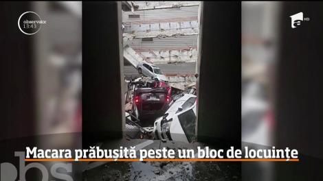 Momentul în care o macara uriașă se prăbușește peste un bloc de locuințe, împinsă de rafalele de vânt, într-un oraș din SUA - Video