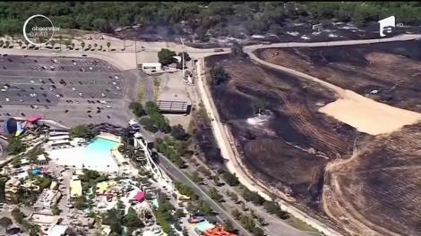 Două parcuri de distracţii din California au fost evacuate din cauza unui puternic incendiu de vegetaţie declanşat în apropiere