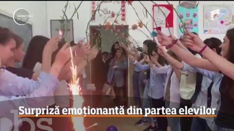 Elevii unui liceu din Vâlcea, surpriză emoţionantă pentru diriginta lor