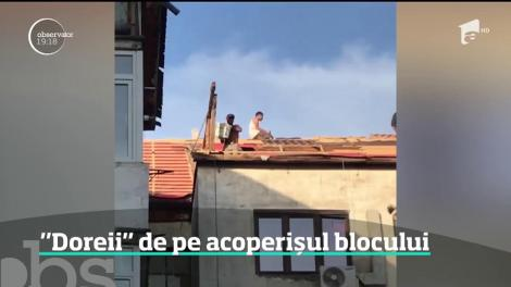 Doreii de pe acoperișul blocului. Mai mulţi muncitori din Zalău scapă de moloz într-un mod periculos