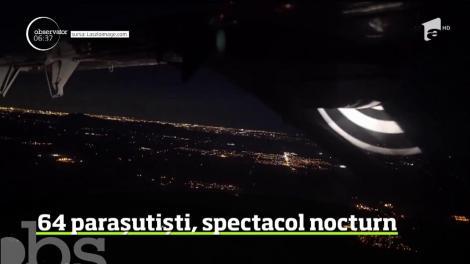 Un nou record. 64 de parașutiști, spectacol nocturn deasupra unui deşert din Arizona, Statele Unite