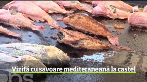 Turiștii care au ajuns la Castelul Corvinilor din Hunedoara, întâmpinați cu fructe de mare şi preparate de peşte