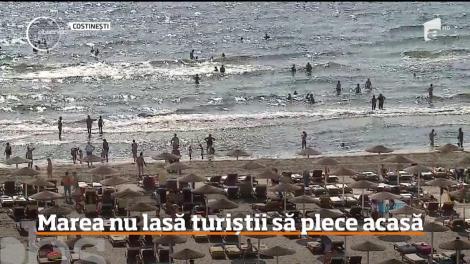 Marea nu lasă turiștii să plece acasă