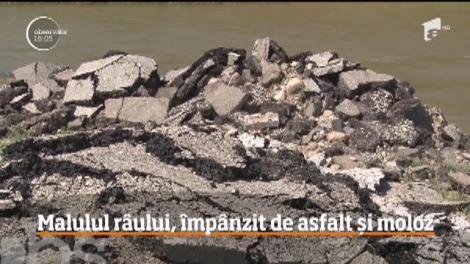 Zeci de tone de asfalt și moloz au fost depozitate pe malul unui râu din Hunedoara