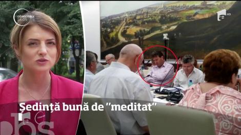 Şeful Inspectoratului Şcolar Suceava a adormit în timpul unei şedinţe a Consiliului Judeţean Suceava