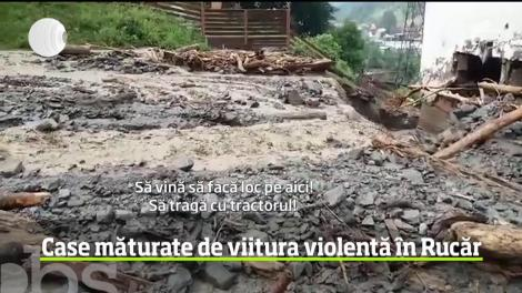 Un pârâu transformat în torent a devastat mai multe case din localitatea Rucăr