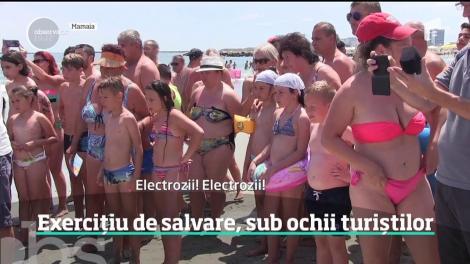 Sute de turişti şi-au întrerupt vacanţa, pentru cea mai importantă lecţie pe litoral. Sub ochii lor, salvatorii au scos un om din mare şi l-au resuscitat minute în şir
