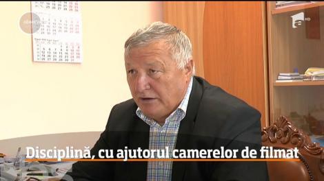 Primarul unei comune din judeţul Neamţ a montat 54 de camere de vedere să-i identifice pe cei care confundă drumul cu o groapă de gunoi