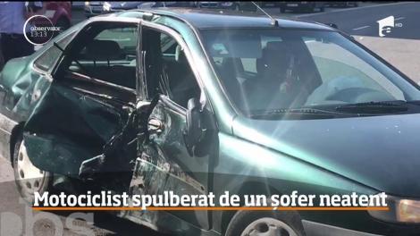 Motociclist spulberat de un șofer neatent