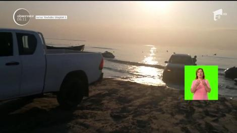 Scene uluitoare surprinse pe o plajă din Mamaia!  O maşină a stat ca la expoziţie, în valurile mării, minute în şir