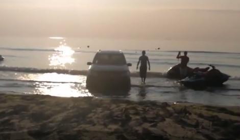Scene uluitoare în Mamaia!  Un bolid de lux a rămas blocat în nisip, printre valuri, sub ochii turiștilor