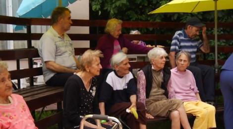 Bătrânii de la un cămin din Capitală au dansat, au cântat și s-au bucurat de surprize