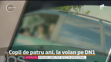 Un copil de patru ani a fost filmat în timp ce conducea maşina în braţele tatălui său pe Drumul Naţional 1, în apropiere de Ploieşti!