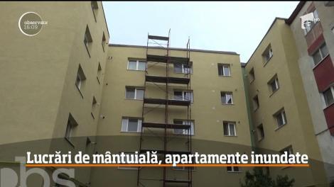 Le plouă în apartamente, ca afară! Este situaţia cu care se confruntă mai multe familii care locuiesc într-un cartier din Bistriţa!