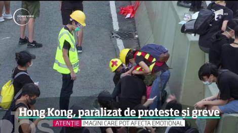 Hong Kong, paralizat de proteste și greve. O maşină a intrat în plin într-o baricadă ridicată de protestatari