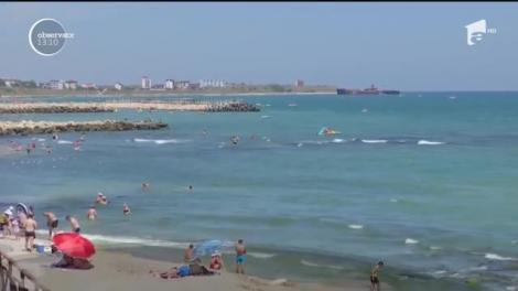 Temperaturile ridicate au adus turiştii pe litoral. Aglomeraţie pe plajă și în Costineşti