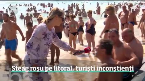 Steag roșu pe litoral, turiști inconștienți