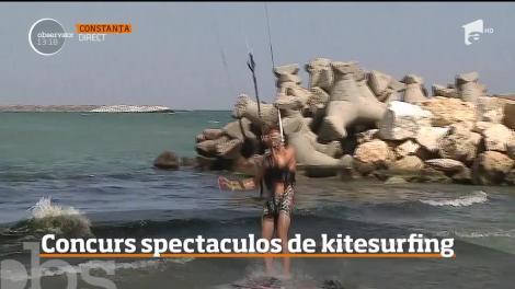 Concurs spectaculos de kitesurfing la malul mării