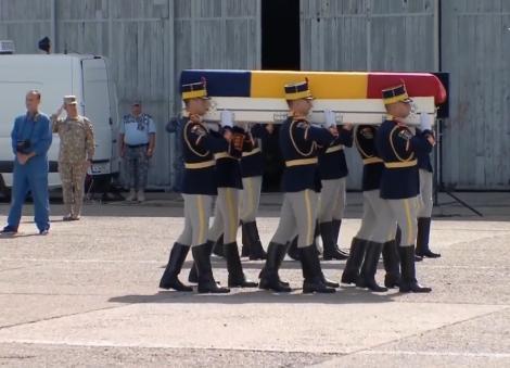 Lacrimi şi multă durere! Cei doi militari români care au murit în Afganistan au fost aduși acasă. Unul avea doi copii