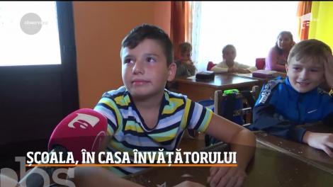 De ani de zile, elevii dintr-un sat din Caraş-Severin învaţă chiar în casa învăţătorului!