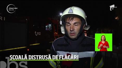 Momente de panică într-o localitate din Argeş, după ce o şcoală a luat foc. Flăcările violente ameninţau să ajungă la cladirile din jur