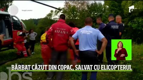 La un pas de tragedie! Este păţania un bărbat din Argeş care a căzut dintr-un copac şi a rămas imobilizat