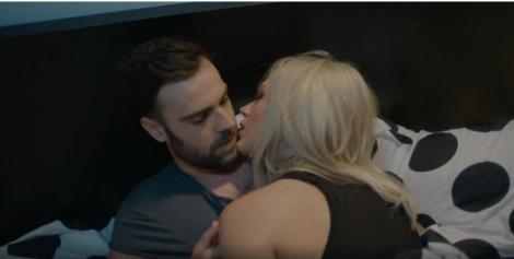Sacrificiul, episodul 7. Seara fierbinte. În dormitor, Lili (Michaela Prosan) sare pe Andrei (Denis Hanganu): Vreau să mă posezi salbatic