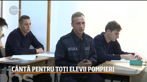 Un tânăr din Baia Mare cântă pentru toți elevii pompieri
