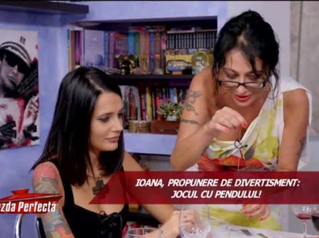 """Ioana Popescu îi ghiceşte în palmă Dianei de la """"Insula Iubirii"""""""